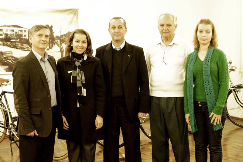 Reitor visita Casa de Brusque para conhecer exposições que vêm para a UNIFEBE