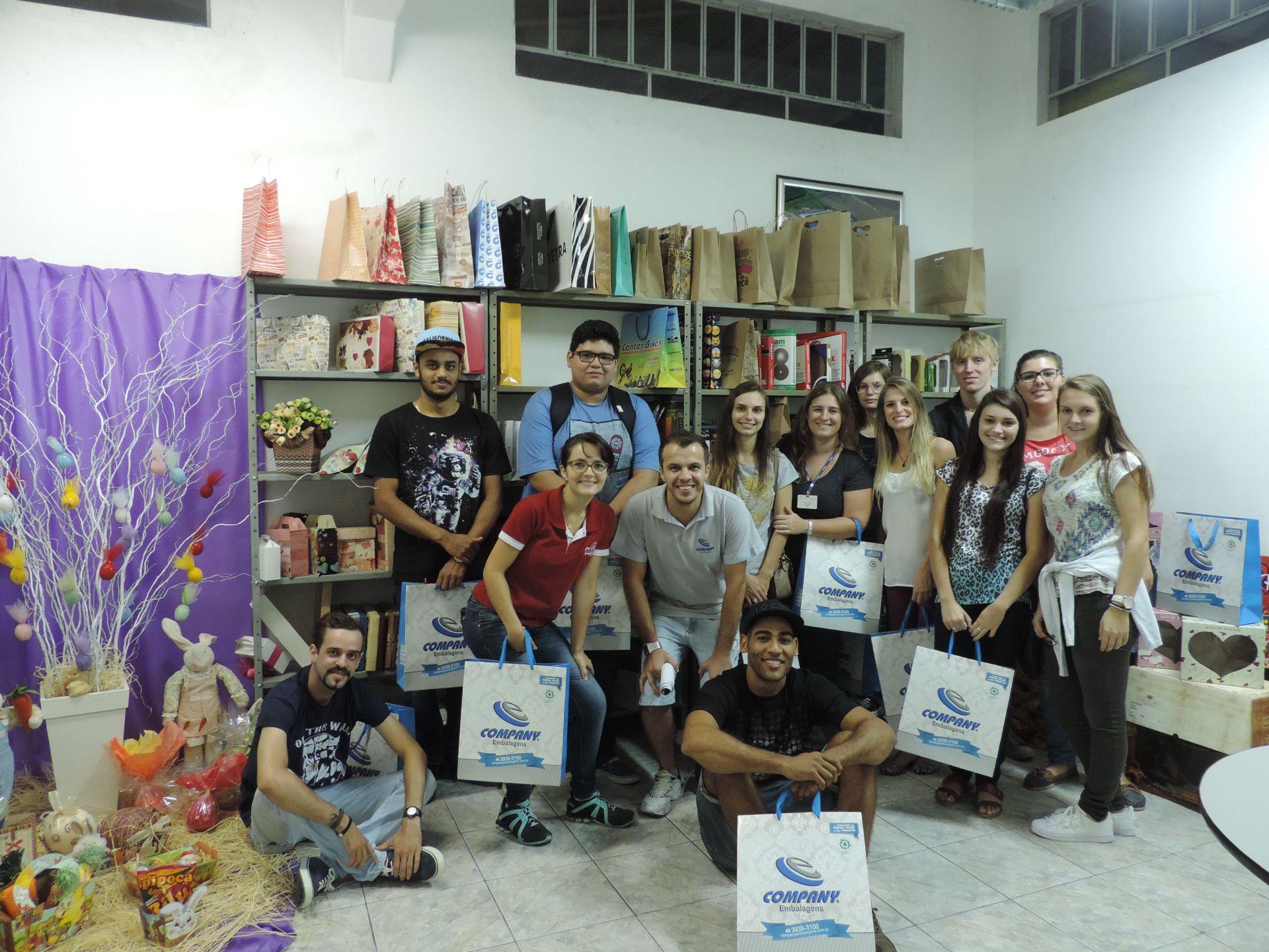 Estudantes de Design Gráfico visitam empresa de embalagens