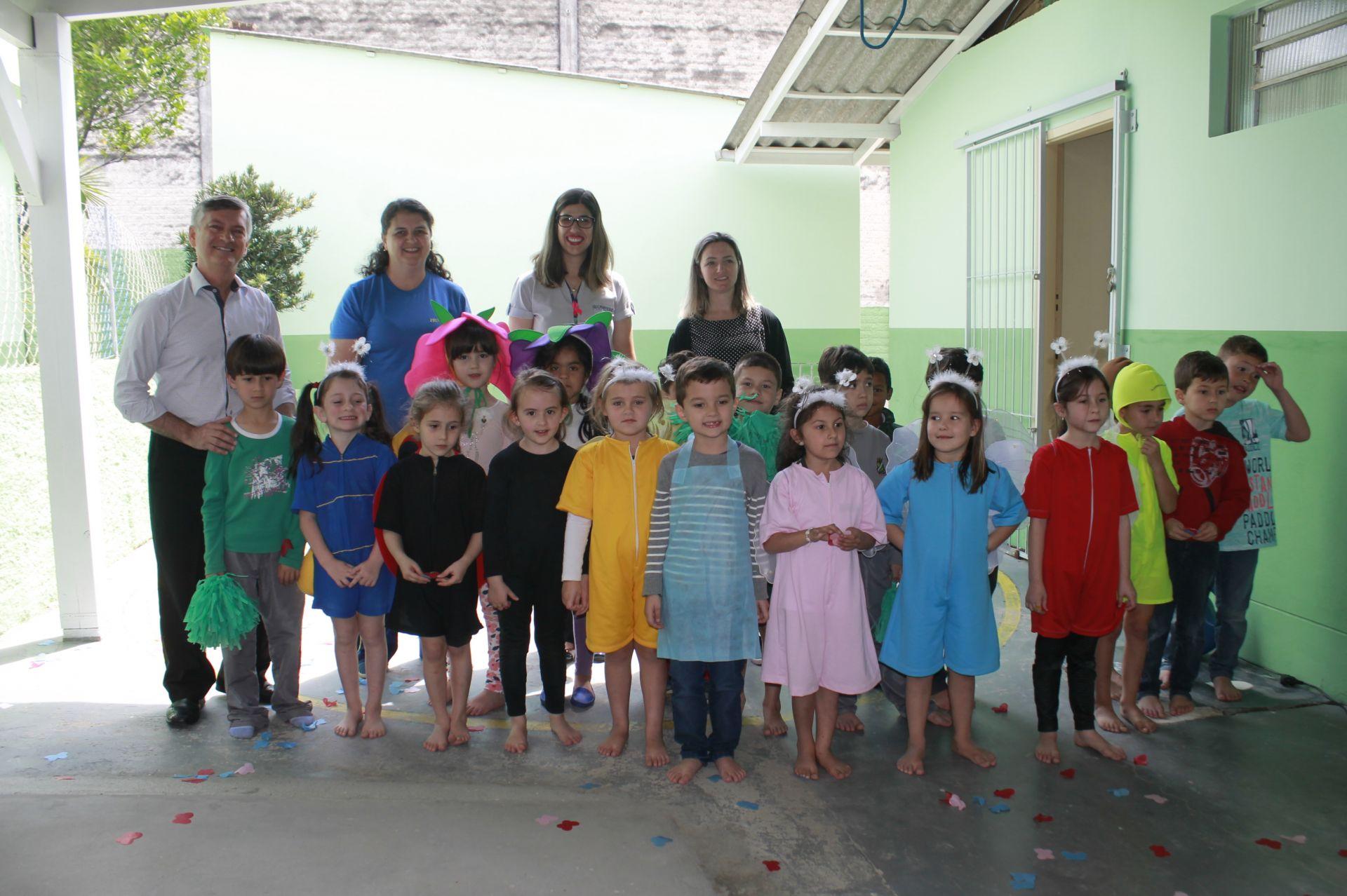 Reitor entrega livros infantis arrecadados no trote solidário