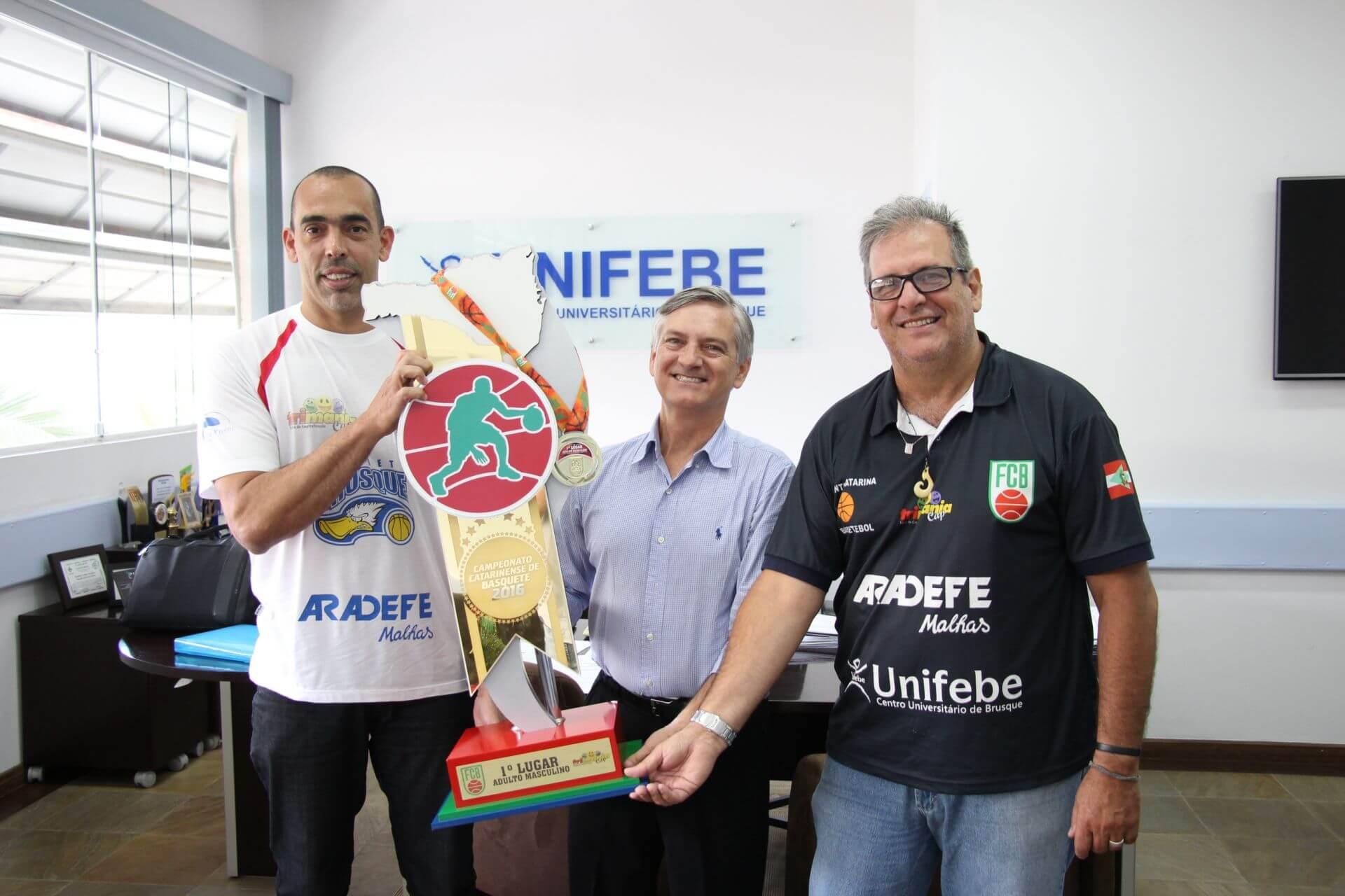Reitor parabeniza atletas do Basquete de Brusque por conquista de título