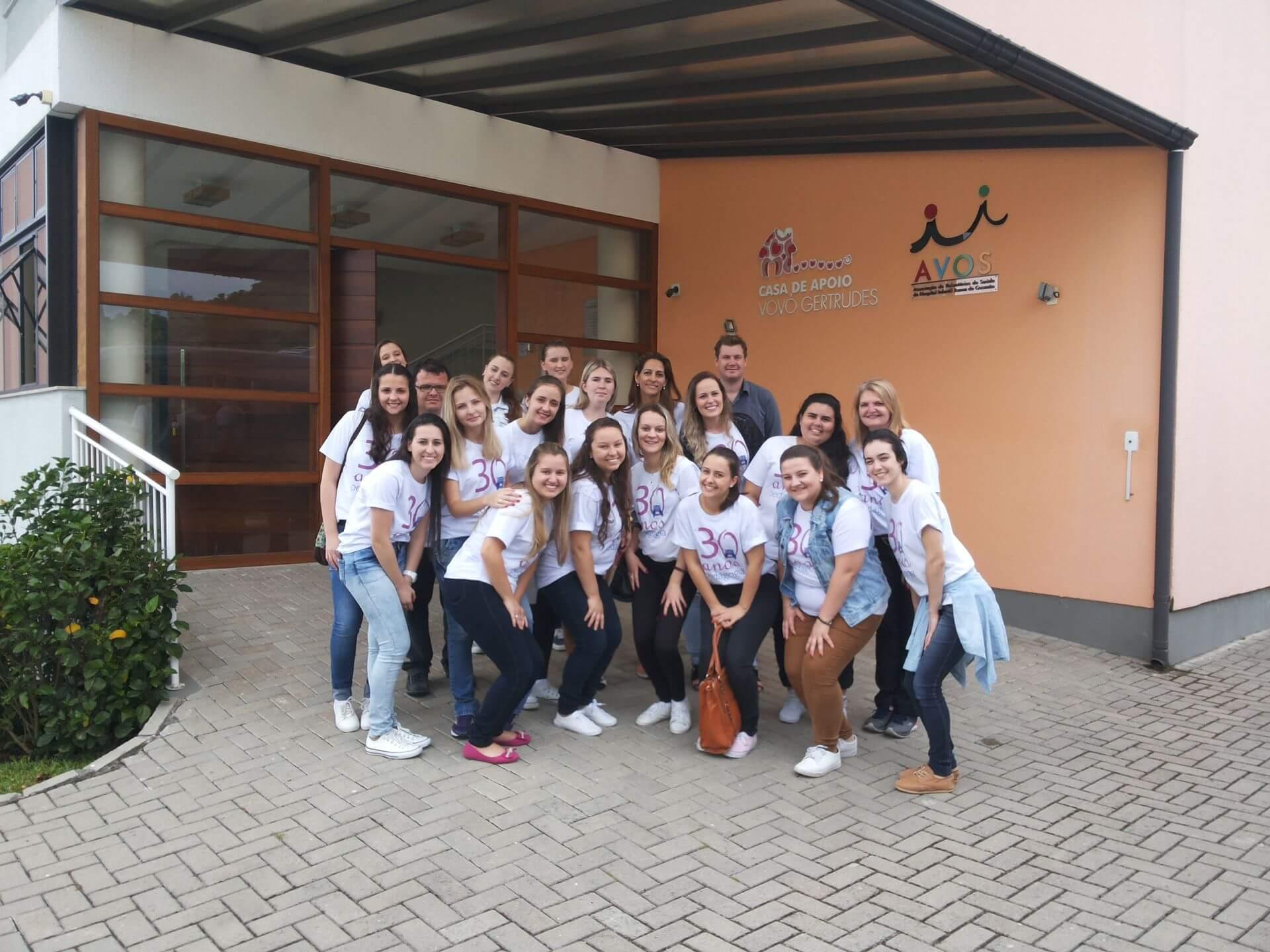 Alunas de Pedagogia entregam donativos à AVOS em Florianópolis