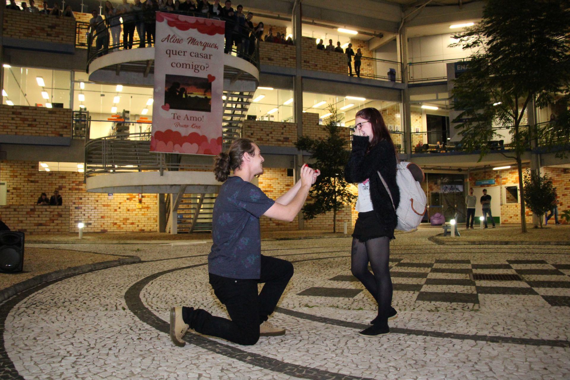Casal de acadêmicos noiva na UNIFEBE