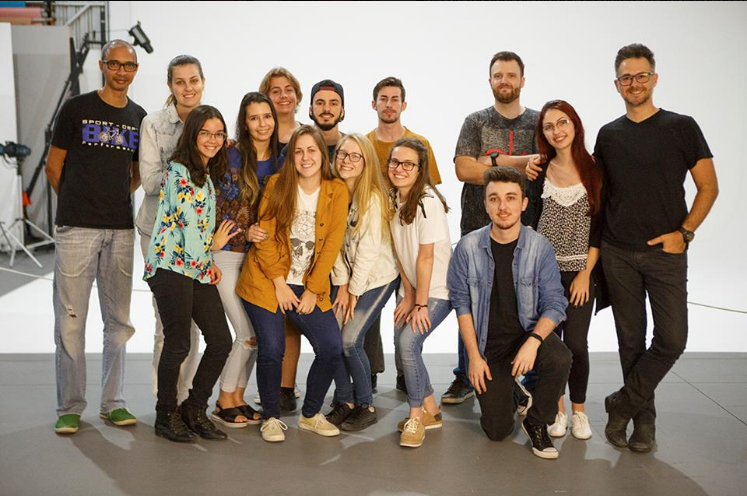 Estudantes visitam estúdio fotográfico profissional