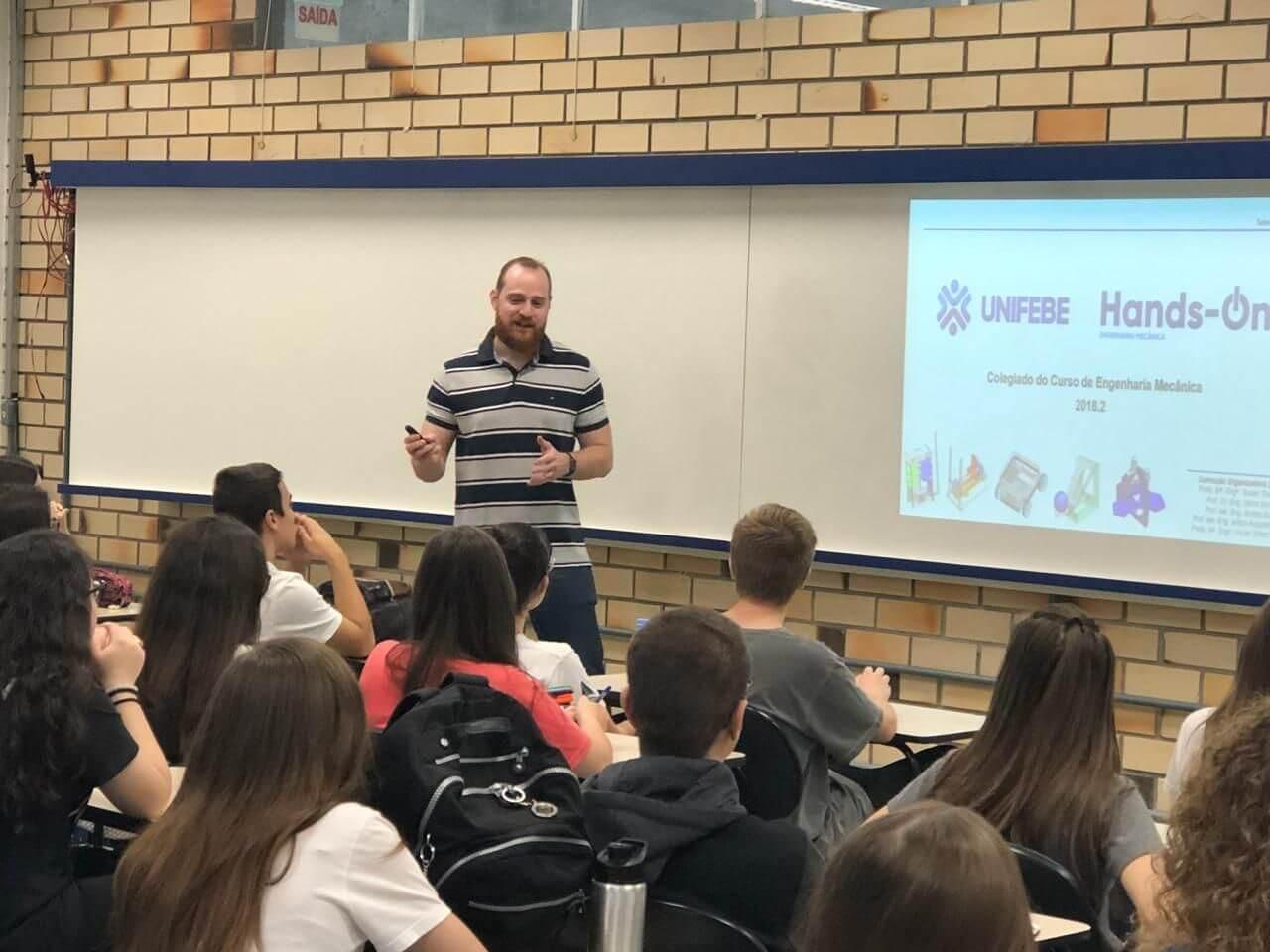 Coordenador de Engenharia Mecânica apresenta projeto aos alunos do Colégio Universitário de Brusque