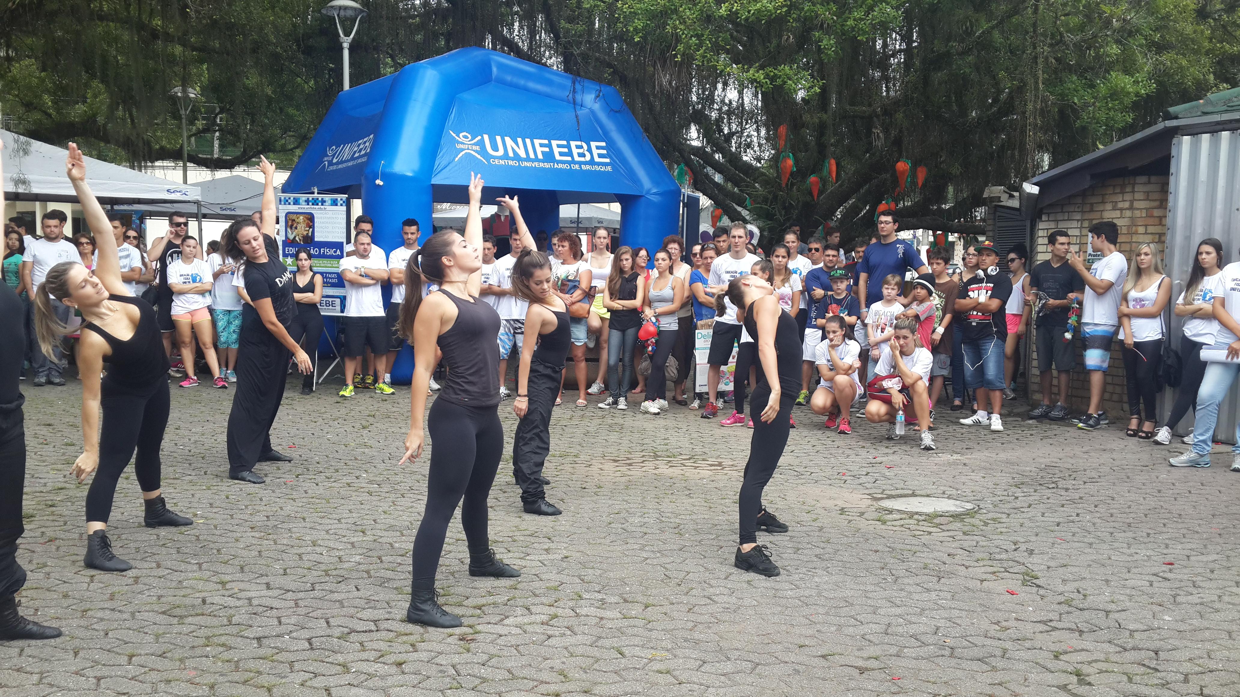 Atividades de dança e saúde movimentam a Praça Barão de Schneeburg