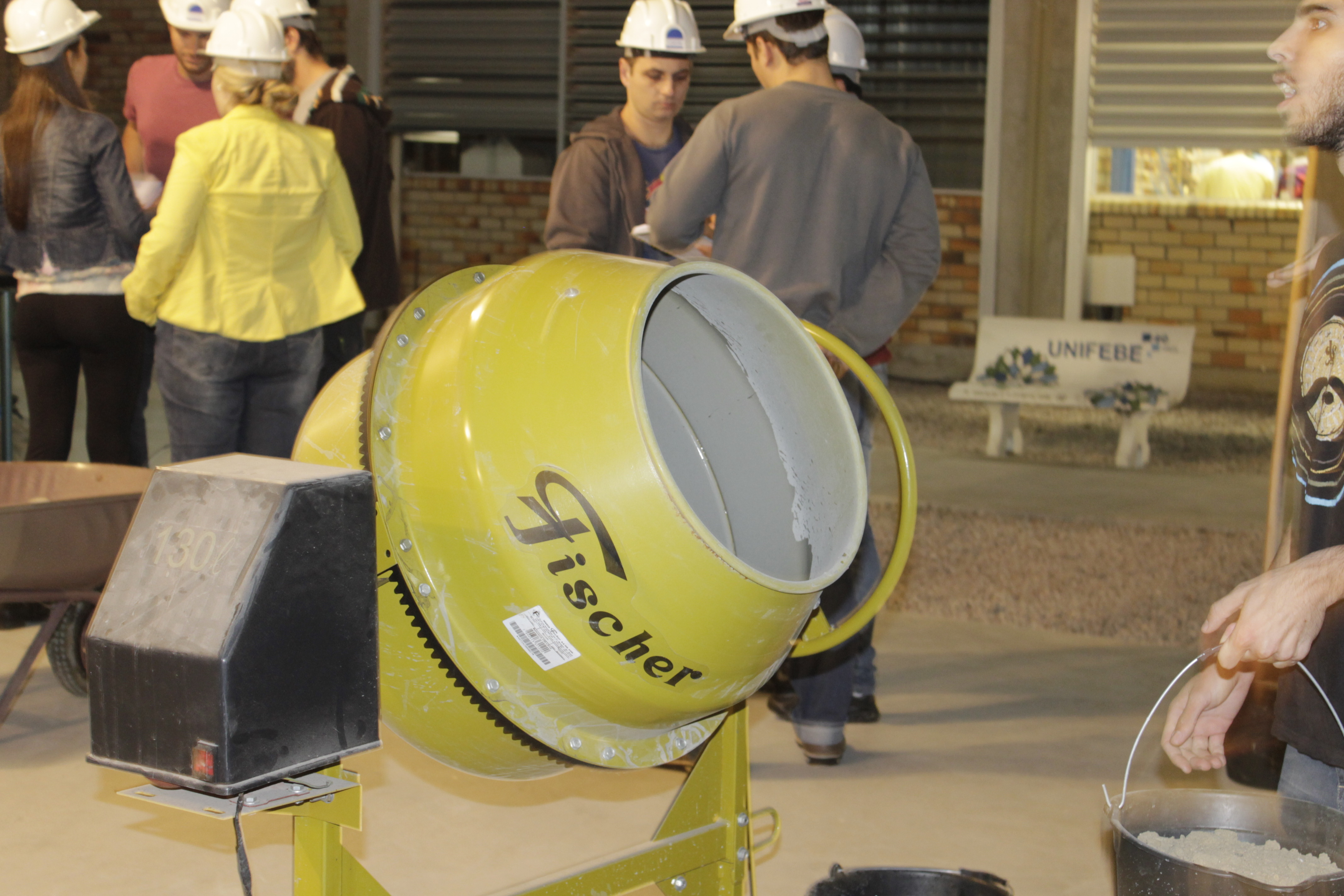 Turma de Engenharia Civil participa de desafio de concreto