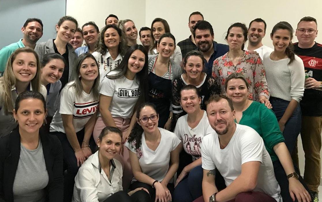 Alunos de MBA Gestão de Pessoas e Coaching realizam atividade em uma cozinha