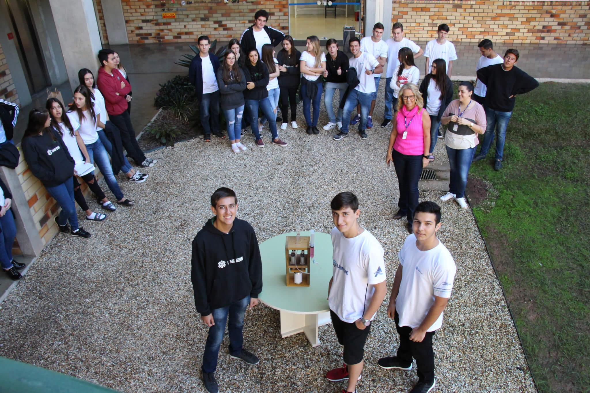 Alunos do 2º ano apresentam experimentos das teorias de Física
