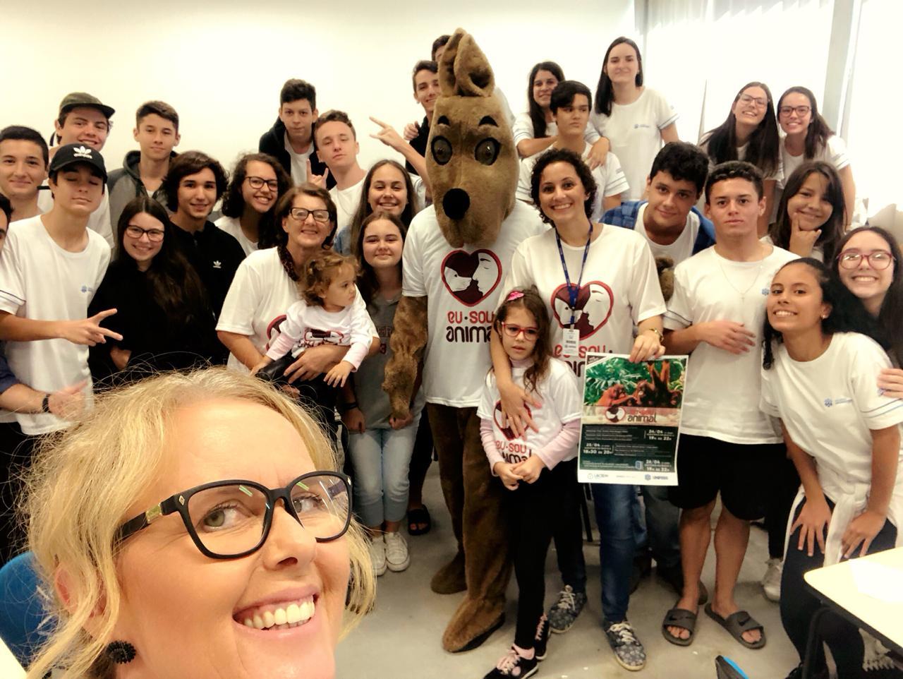 Alunos do Colégio Universitário recebem visita do mascote do Eu Sou Animal