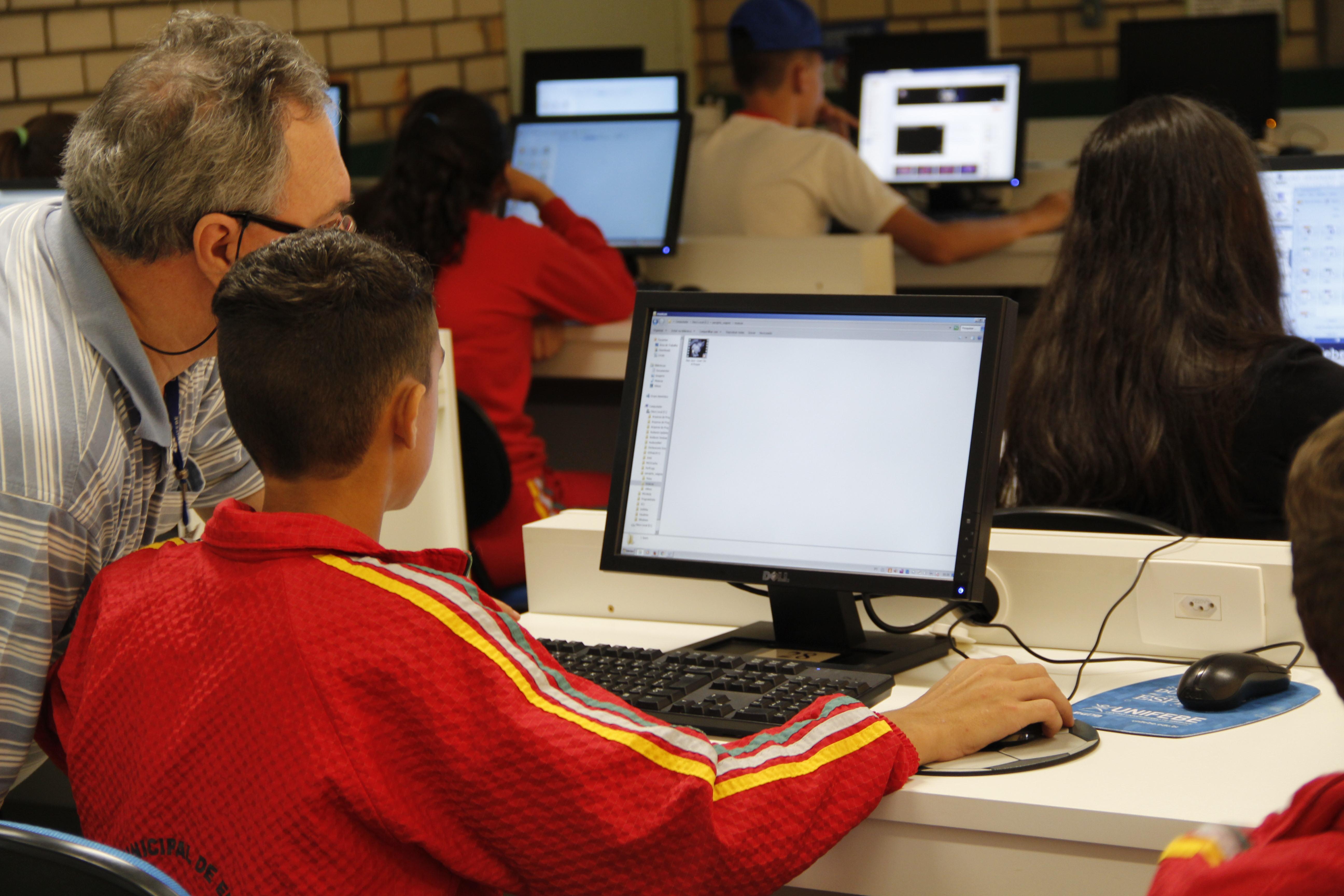 Alunos da Escola Paquetá recebem capacitação em laboratório da UNIFEBE