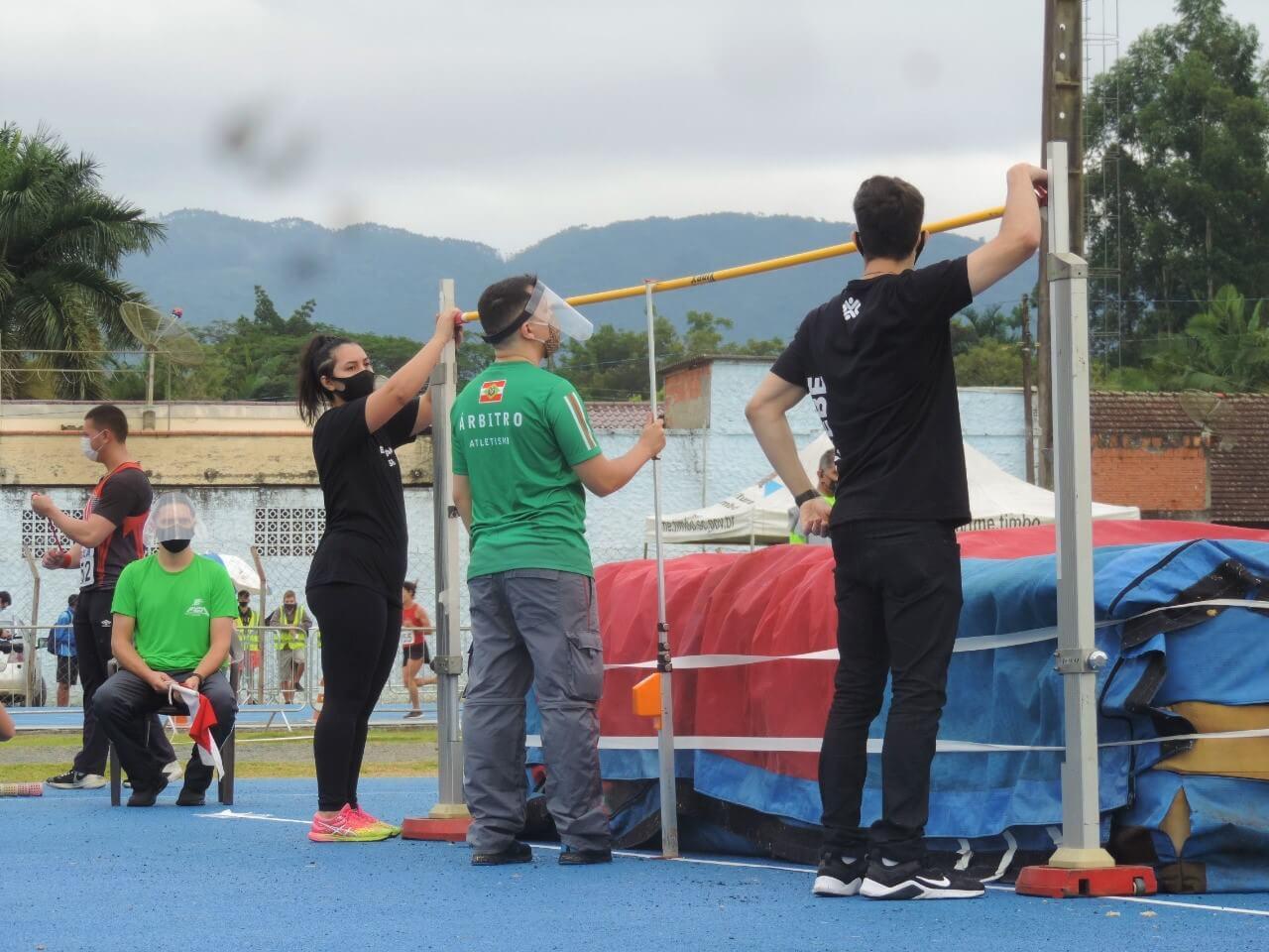 Calouros de Educação Física da UNIFEBE dão suporte em Campeonato Estadual Adulto de Atletismo