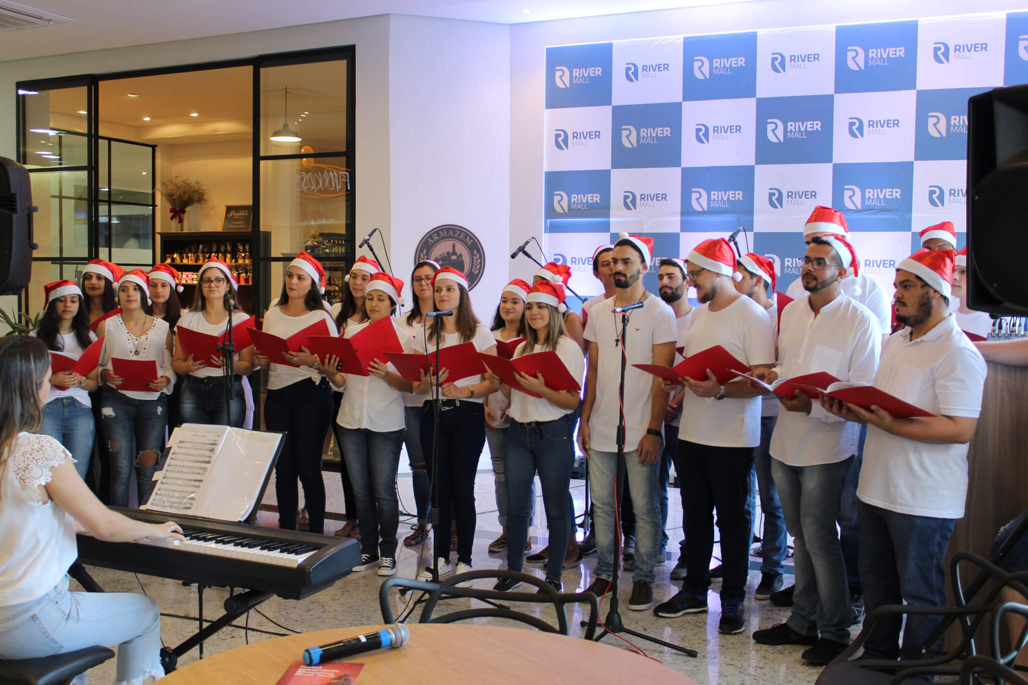 Coro UNIFEBE emociona público em Cantata de Natal no River Mall