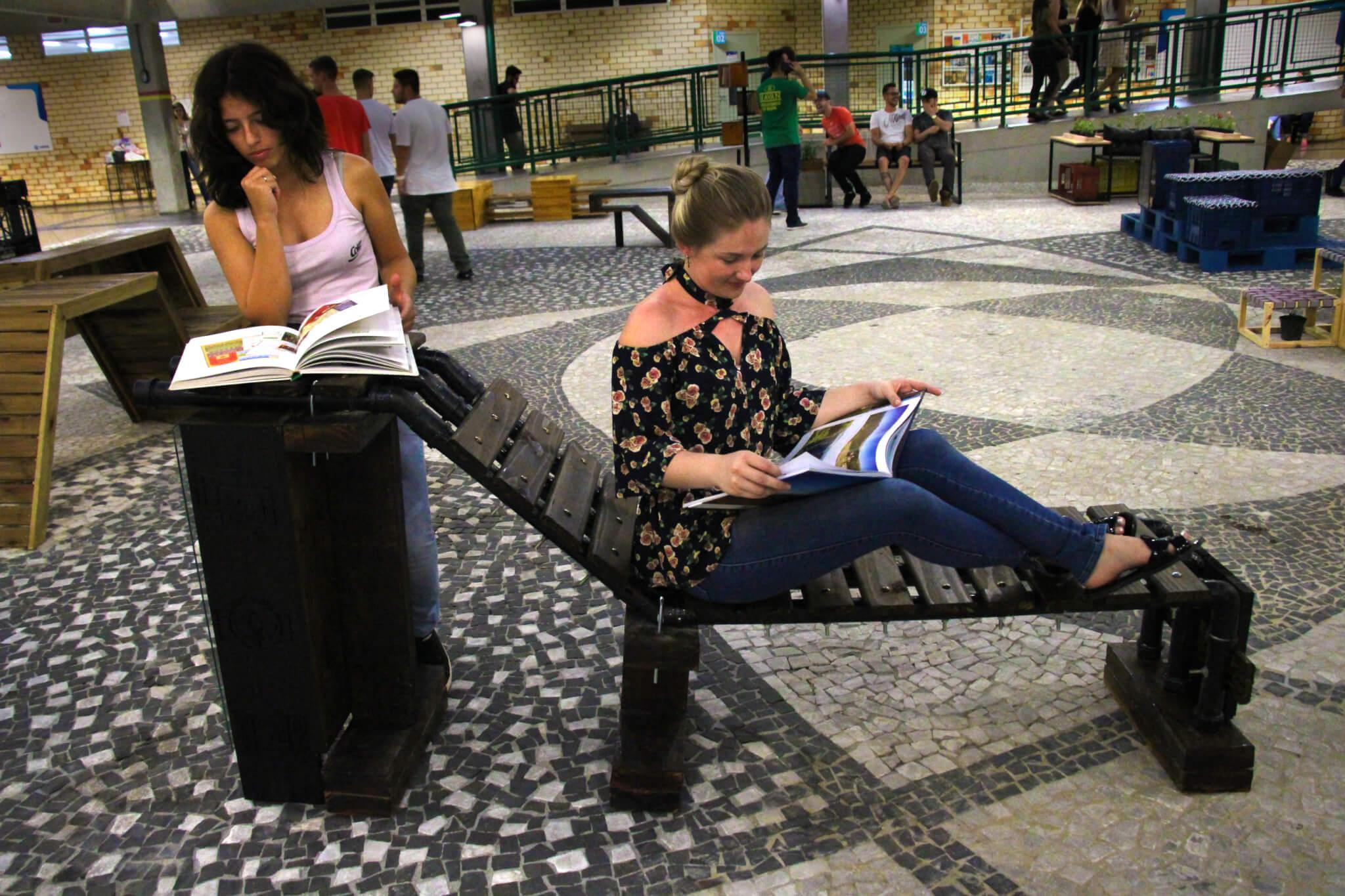 Curso de Arquitetura e Urbanismo entrega bancos-biblioteca para municípios da região