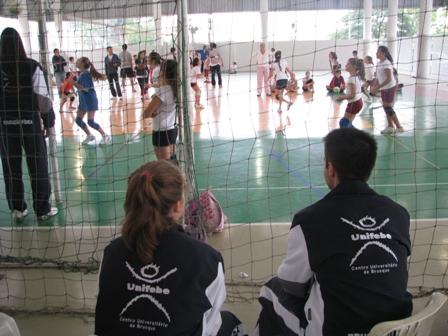 Estudantes de Educação Física coordenam atividade esportiva
