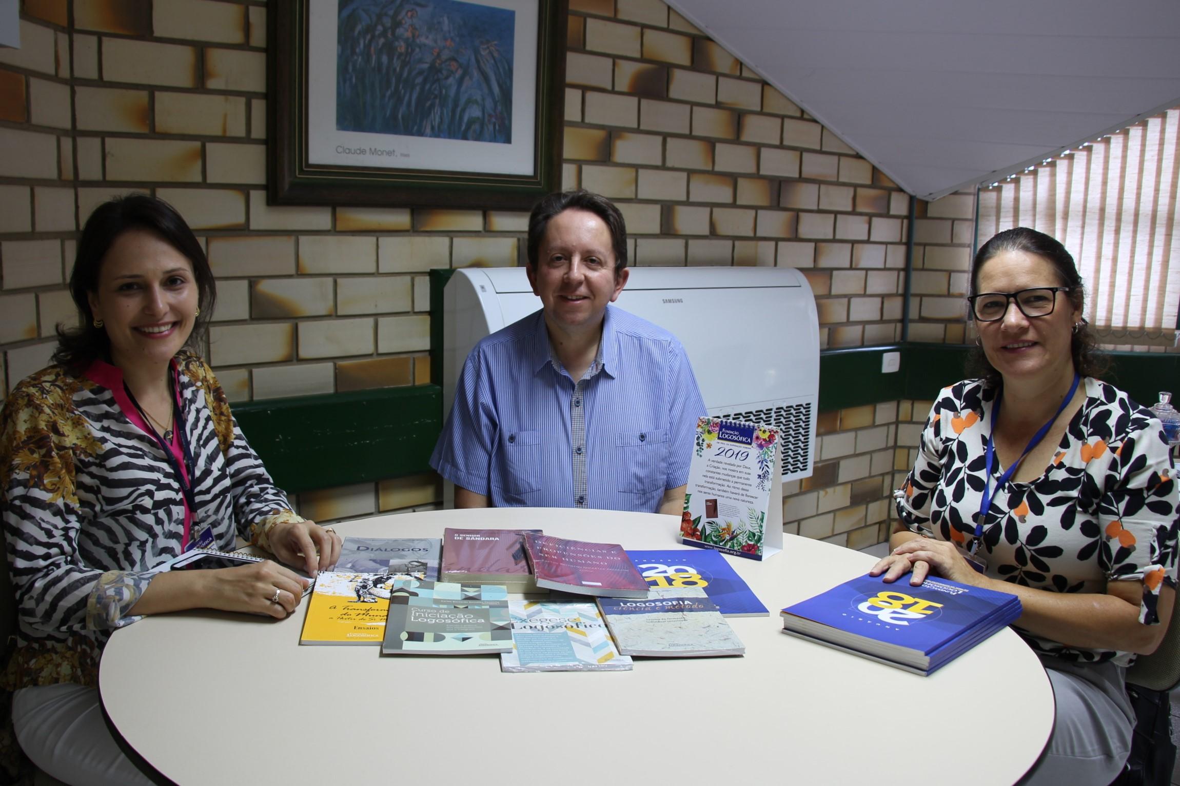 Fundação Logosófica doa livros para Biblioteca da UNIFEBE