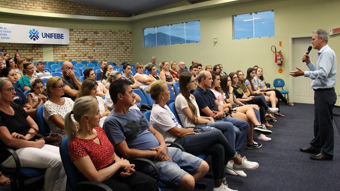 Colégio Universitário de Brusque realiza reunião com os pais