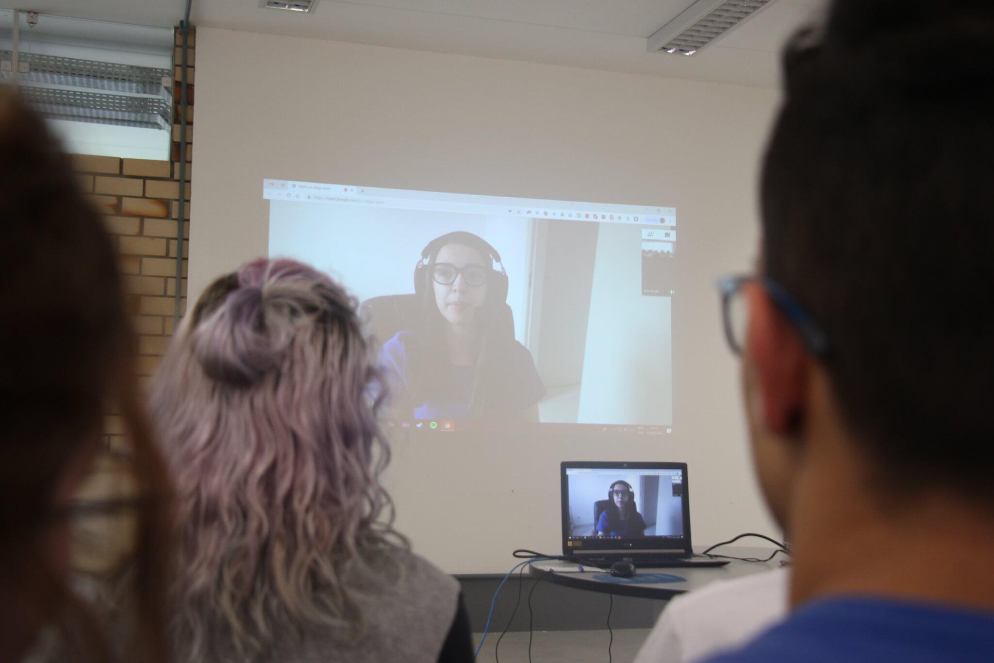 Referência em Overwatch, narradora conversa com alunos do Colégio Universitário