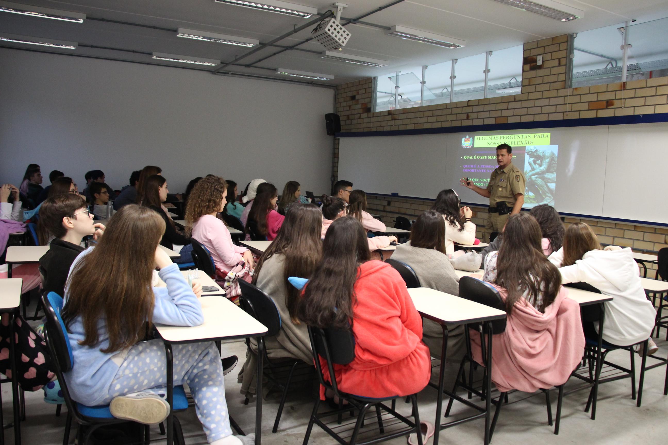 Alunos do Colégio Universitário de Brusque recebem palestra sobre cuidados no trânsito