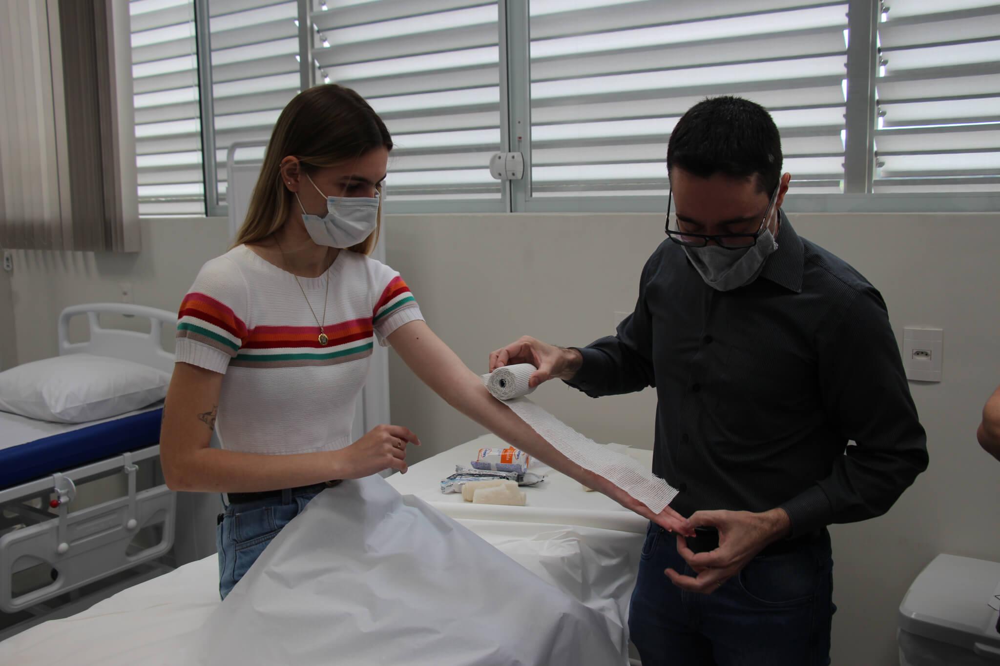 Disciplina do curso de Medicina da UNIFEBE prepara acadêmicos para realizarem procedimentos com gesso em fraturas
