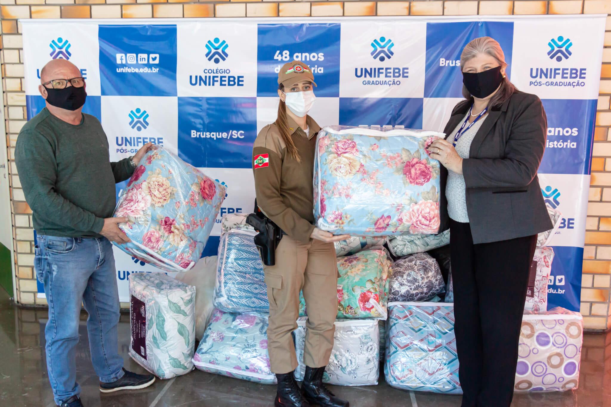 Mais de 40 cobertores são doados pela UNIFEBE para a Rede Laço de Voluntariado de Santa Catarina