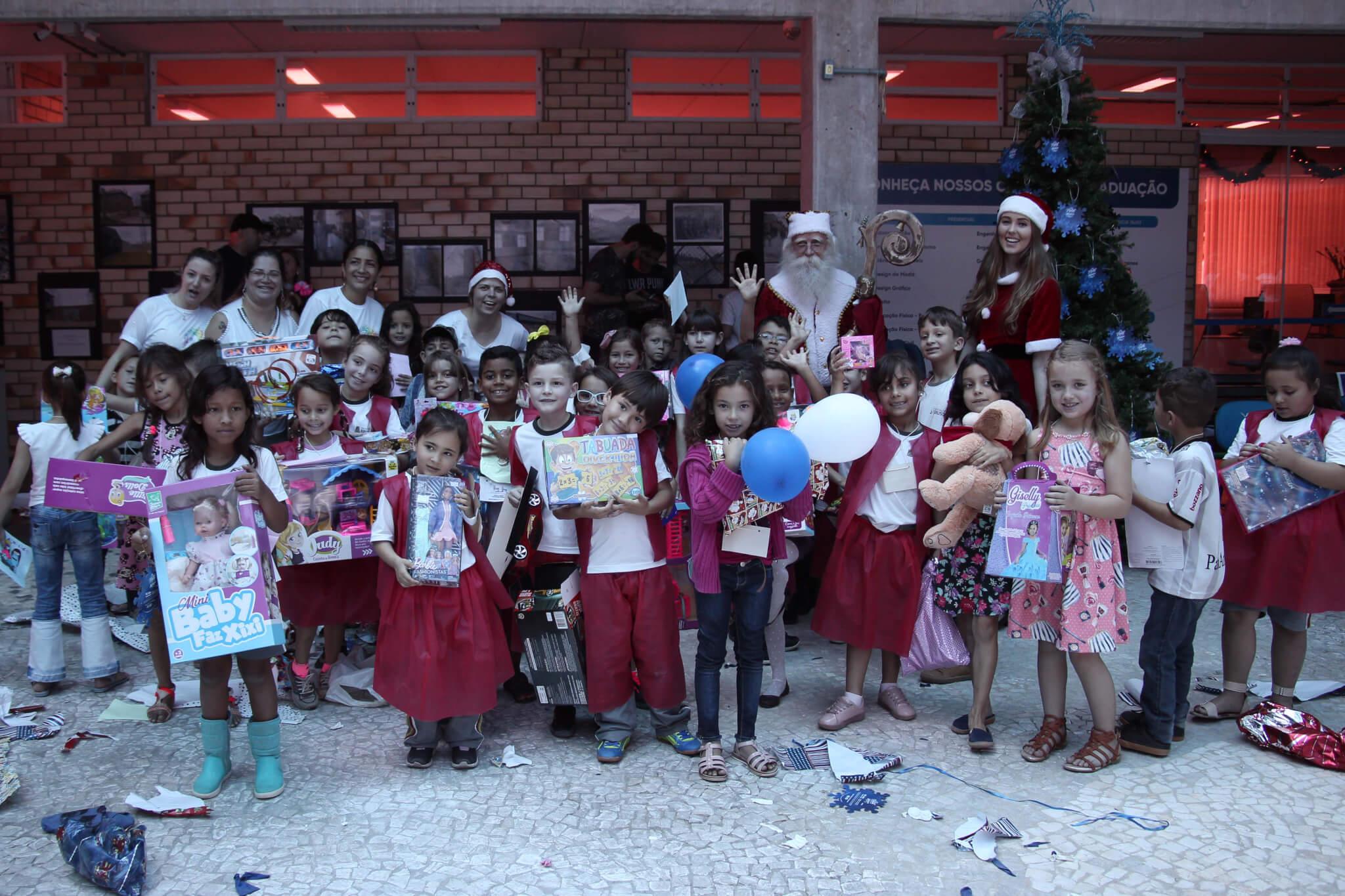 Troca de abraços e presentes marcam 16º Natal Solidário UNIFEBE