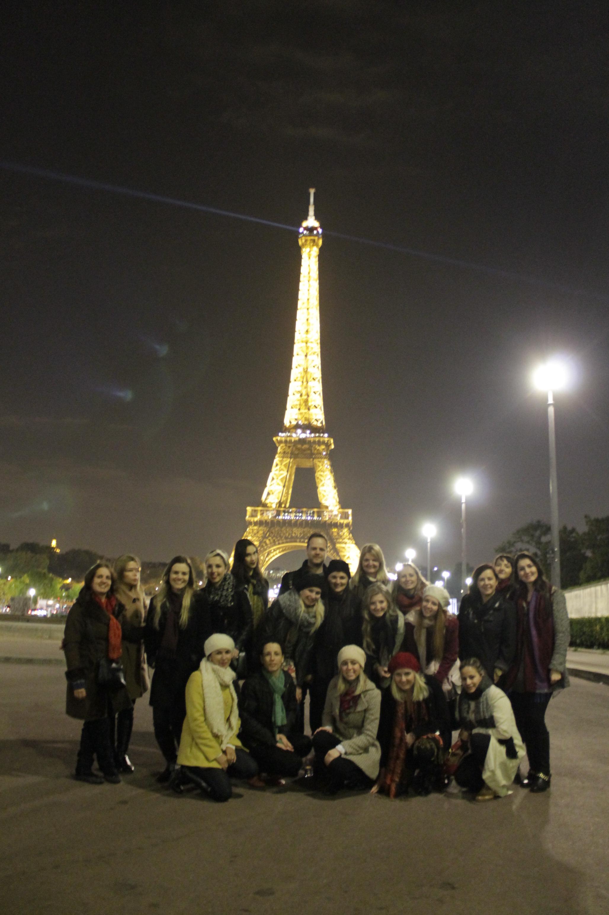 Grupo chega a Paris, visita torre e amanhã tem aula de tendência na ESMOD