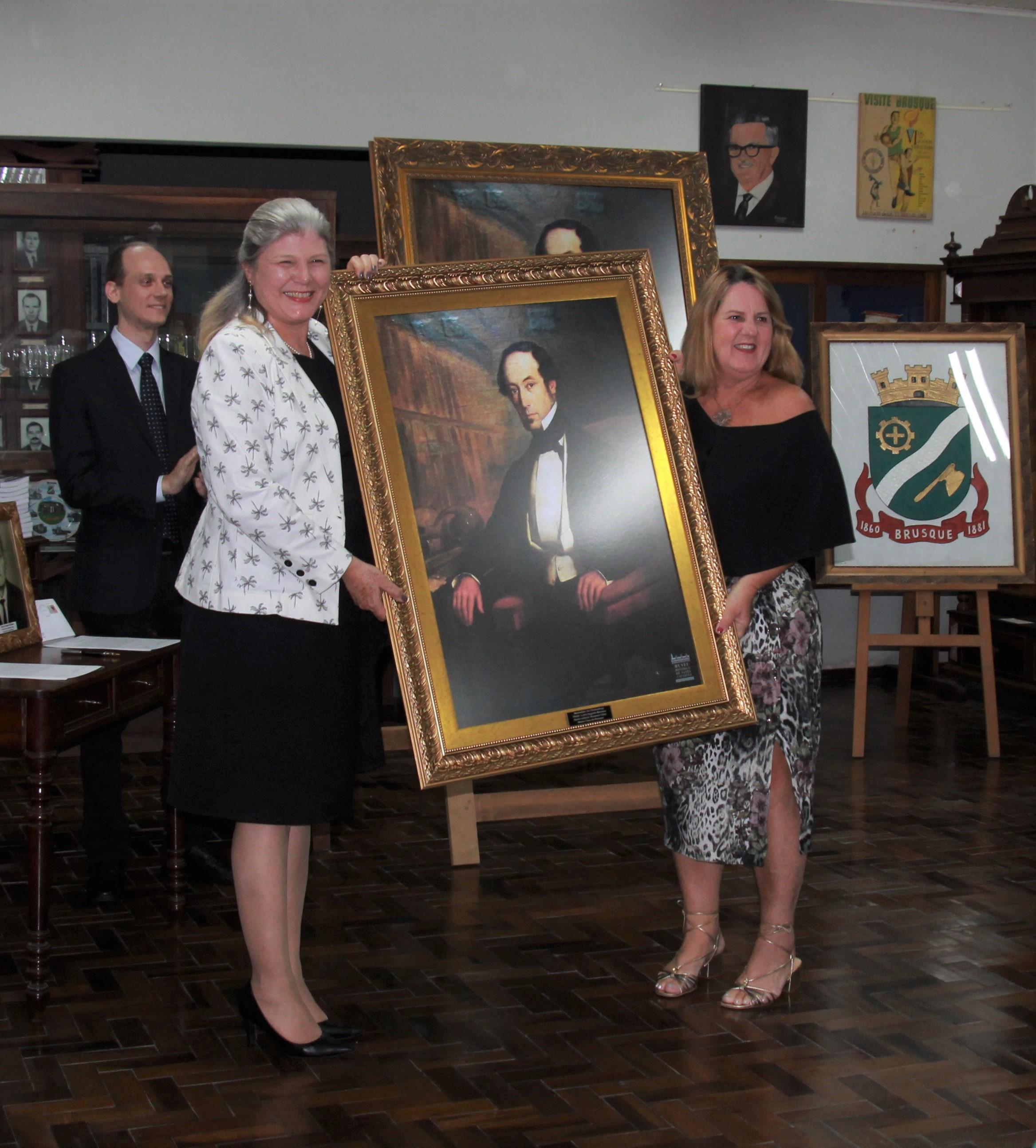 Reitora da UNIFEBE presenteia Câmara de Vereadores de Guabiruba com retrato de Barão de Schneeburg