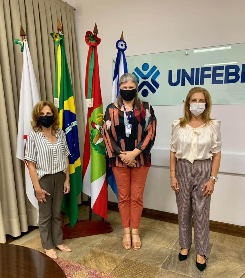 Reitora da UNIFEBE recebe representantes da Associação Artístico Cultural de Brusque