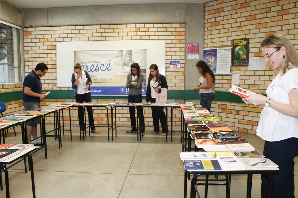 Dia Nacional do Livro é comemorado com troca de livro na UNIFEBE