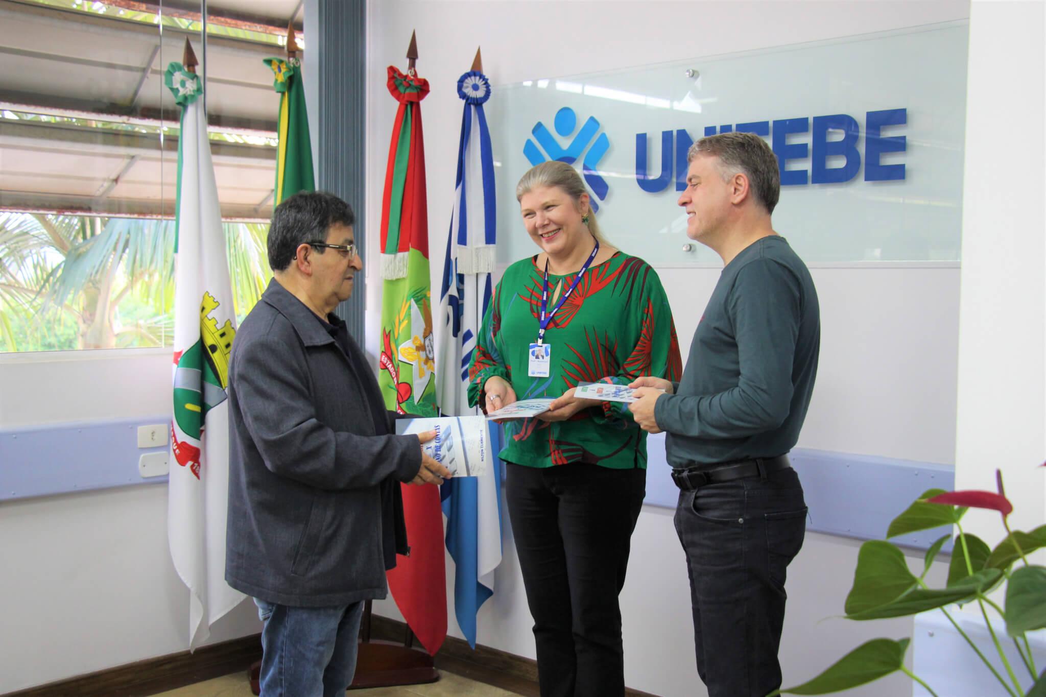 UNIFEBE recebe exemplares do livro Debitar e Creditar X Plano de Contas