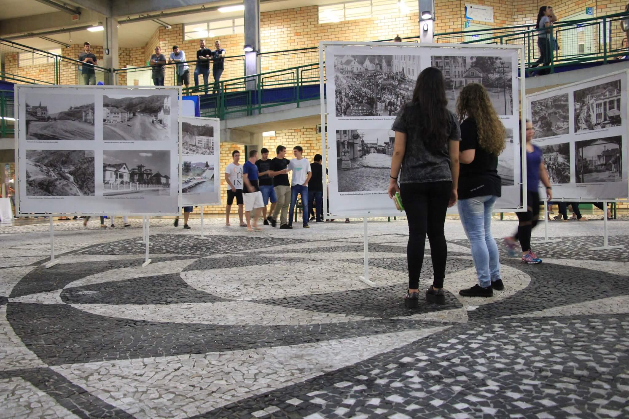 UNIFEBE recebe exposição fotográfica de imagens antigas de Brusque