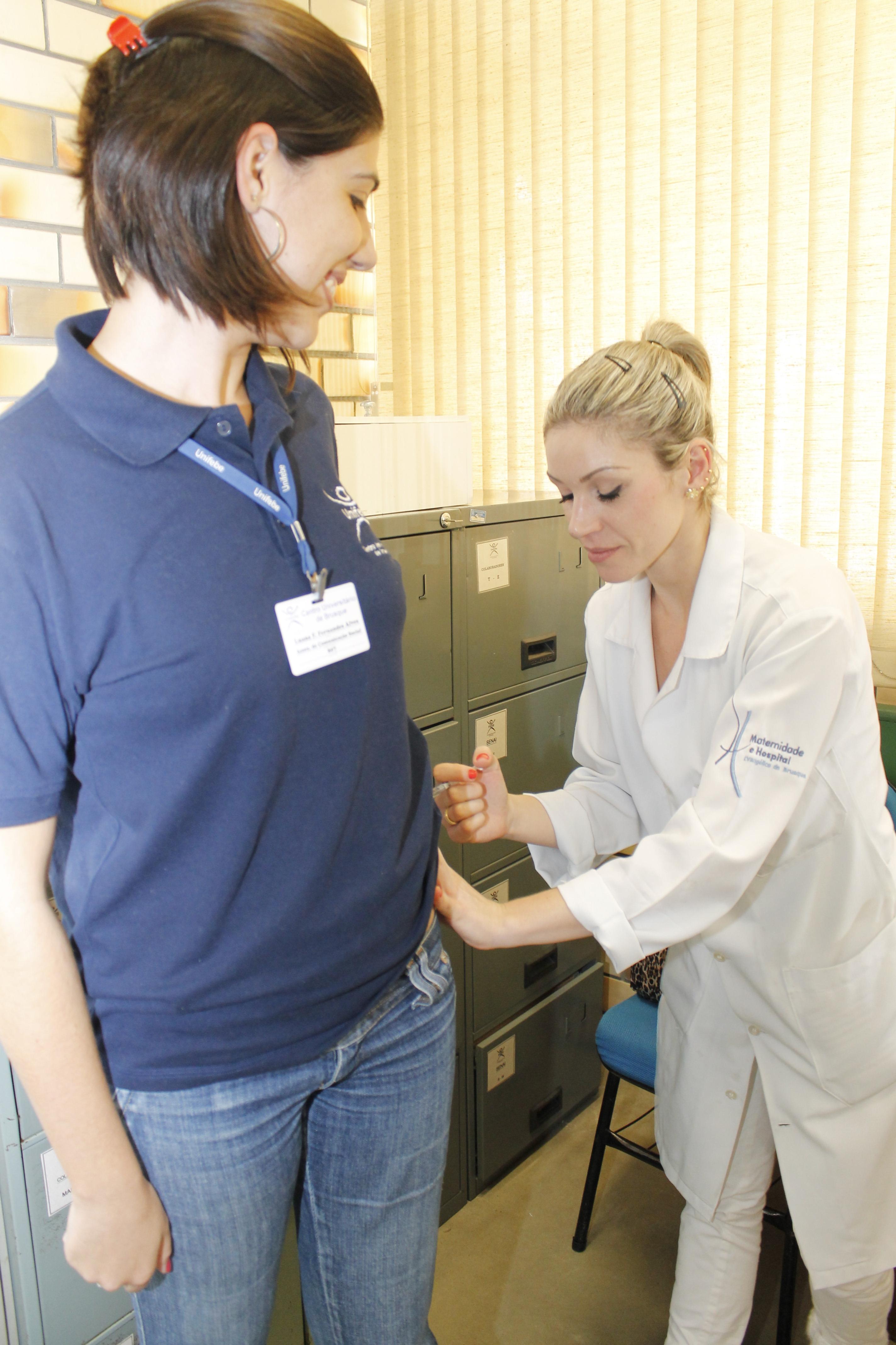 Colaboradores da UNIFEBE recebem vacina contra H1N1
