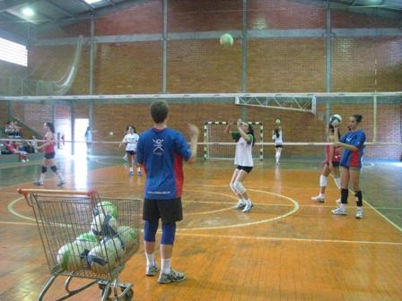 Equipe de vôlei disputa campeonato em Florianópolis