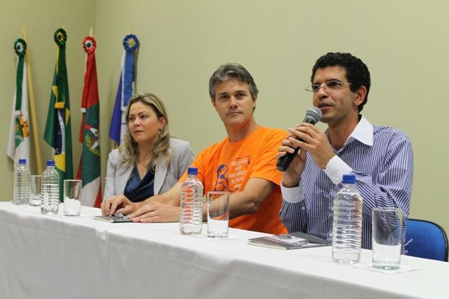 """Público prestigia lançamento do livro do professor """"Zezinho"""""""